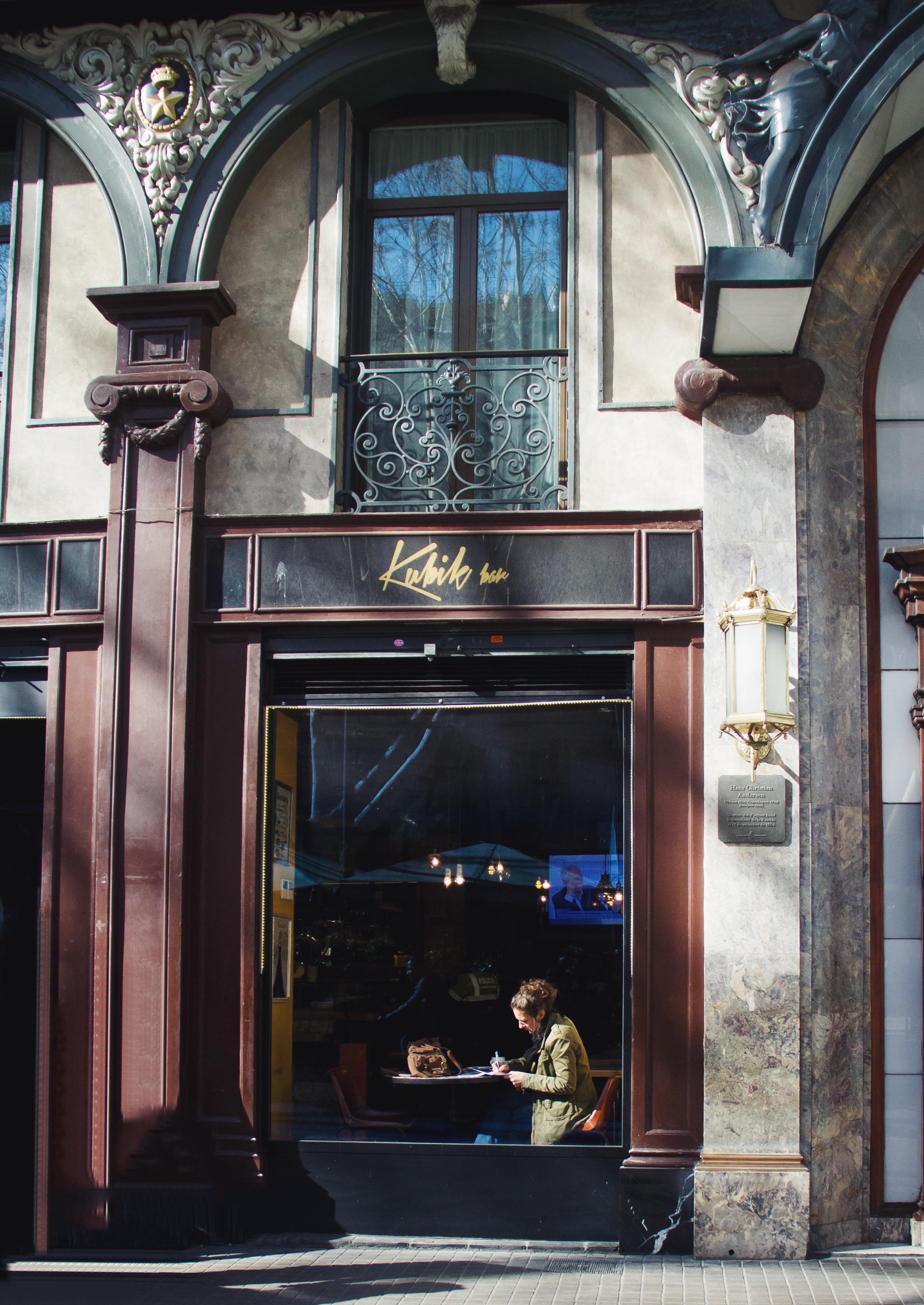 Donna che scrive a Barcellona